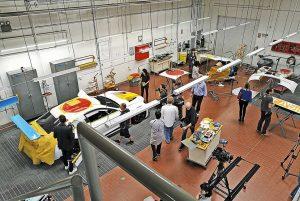 L'interno del capannone del centro Bmw North America di Oxnard, California, dove Baldessari ha realizzato la 19esima Art Car.
