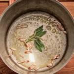 Inizia la preparazione: burro, foglie di salvia e pancetta stagionata