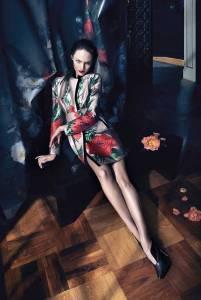 Candice Swanepoel fotografata da Camilla Akrans per la collezione autunno/inverno 2013-14. Vediamo come l'abito sia lo strumento che rende possibile il dialogo tra il corpo, lo spazio personale e l'ambiente vero e proprio, inteso come realtà esperibile.