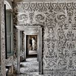 i mosaici, gli affreschi e le grotte con giochi di prospettive che rendono unico il Palazzo delle Acque (o Ninfeo) di Villa Borromeo Visconti Litta a Lainate, presso Milano. La progettazione del complesso, voluta dal conte Pirro I Visconti Borromeo, risale al 1585.