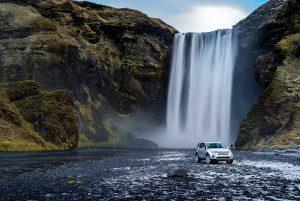La vita del sognatore non è affatto semplice: incontrerà sempre persone che cercheranno di scoraggiarlo e ostacoli lungo la sua strada.  In queste pagine, la nuova Land Rover Discovery impegnata in situazioni estreme.