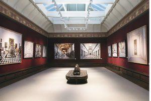 L'allestimento di «Prospettive» nello spazio Etro Photographs di Londra, in Old Bond Street (2012).
