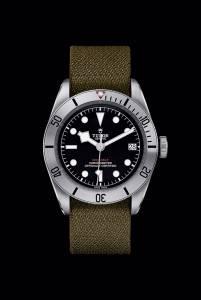 Tudor Black Bay Steel con cinturino supplementare in tessuto abbinabile a bracciale in acciaio (3.600 euro) o cuoio (3.300 euro).