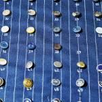 Bottoni realizzati in esclusiva, in metallo o materiali naturali.