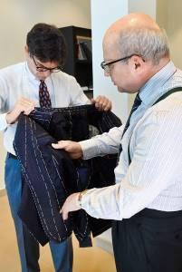 Il nostro inviato si sofferma sugli interni di una giacca in cashmere e lambswool ancora in lavorazione, della linea realizzata su modello.