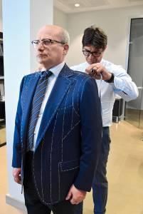 Massimiliano Attolini prende le misure per la realizzazione di un abito bespoke.