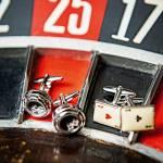 Due paia di gemelli, Bussinello ne ha moltissimi, appoggiat sopra una roulette. Il commercialista veronese è appassionato di gioco d'azzardo.