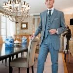 Gustavo Bussinello, nella sua elegante sala da pranzo, indossa un principe di Galles e un orologio Pasha de Cartier in un'edizione limitata di 10 pezzi.