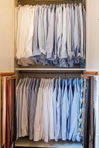 Le camicie, prevalentemente bianche, a righe o azzurre. Gustavo Bussinello le fa realizzare da Tailor's & Ties  o da Piccirillo.