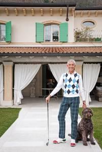 Gustavo Bussinello in tenuta da golf, con pantaloni Black Watch e gilet a rombi. Il suo cane Ghea è un labradoodle, incrocio tra labrador chocolate e barbone.