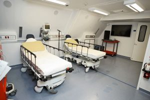 SALA OPERATORIA È lo spazio dedicato agli interventi chirurgici per le patologie più   complesse, effettuati dagli specialisti  di Orbis.  La sala è posizionata  nel punto di maggiore stabilità dell'aereo.