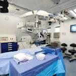 SALA PER I TRATTAMENTI CON IL LASER È una stanza operatoria dove vengono effettuati gli interventi più «routinari», attraverso la strumentazione laser. La stanza  è collegata attraverso  dei video con la sala training.