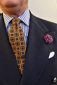 Giacca doppiopetto in saglia con cravatta vintage e camicia in popeline a bastoni.