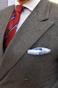Completo doppiopetto in saxony, cravatta regimental in reps e camicia di popeline a righe.