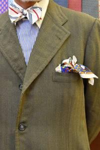Giacca monopetto in spigato di lana con papillon a righe e camicia a bastoni con collo bianco