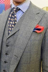 Completo tre pezzi in saxony con  cravatta  in tela di seta mano pesca e camicia in  popeline a bastoni celesti.