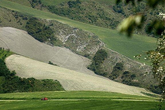 La meccanica e la natura. Una Fiat 508 S Balilla Coppa Oro del 1935 sfreccia nel cuore di un'Italia da cartolina. Siamo nella campagna del Montefeltro, nelle Marche, durante il secondo giorno di gara della novantesima edizione della storica sfida della Mille Miglia.