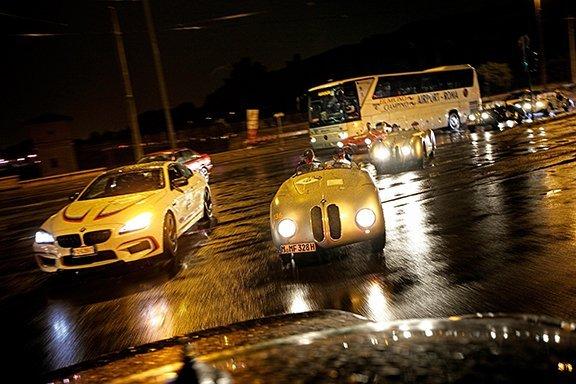 L'arrivo a Roma sotto il diluvio, tra passato (328 MM) e presente (la Serie 6 del team).