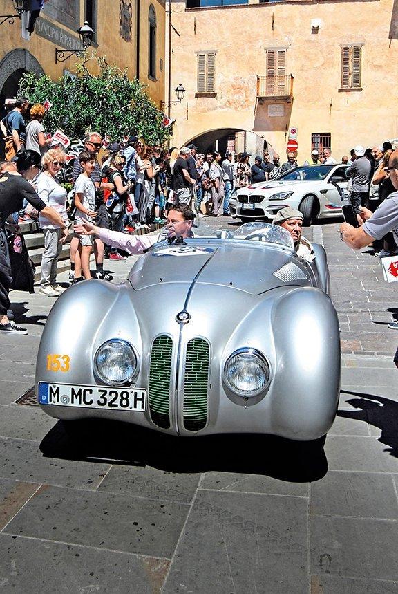 Una Bmw 328 Spider MM del 1939 attraversa Rovato. Al volante Hendrik von Kuenheim, con accanto Carl Christian Jancke. Alle loro spalle, una Bmw Serie 6 dello staff della Casa di Monaco di Baviera, che ha schierato sei storiche 328 alla Mille Miglia 2017.