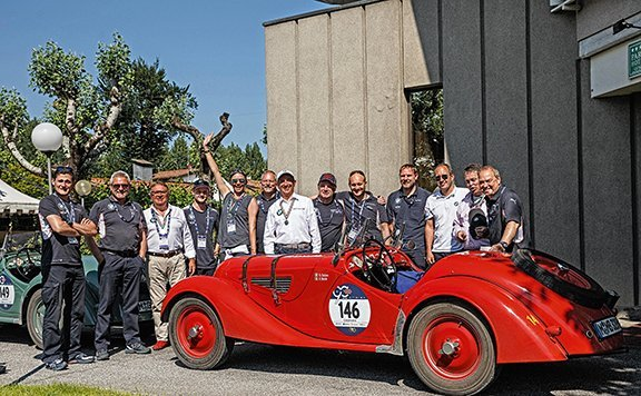 Solero, Botré, la 328 e l'efficientissimo staff dell'assistenza Bmw Classic  a gara conclusa.