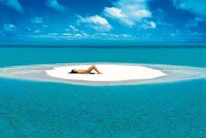 La composizione perfetta: la bellezza femminile su una lingua di sabbia maldiviana.