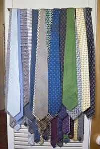 Le cravatte dai toni più solari, in seta, cashmere e lana. Sono centinaia.