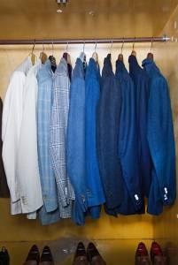 Giacche e abiti estivi. Dominano i toni del blu, sia a tinta unita sia principe di Galles o check.