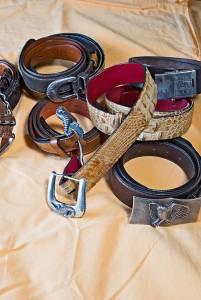 Alcune tra le più belle cinture, delle quali molte in coccodrillo e una in yak (quella  in alto a destra). Tutte con ricercate fibbie in argento intercambiabili.