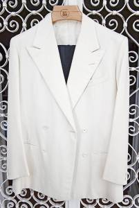 Smoking in lana e seta cucito da  Tommy e Giulio Caraceni nel '74 in occasione della festa che Delise organizzò al  Jackie O' per lo stilista Valentino, con tema anni 30 «black and white».