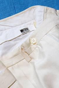 Un paio di pantaloni in seta bianca dello storico marchio Dany, fondato nel  1971 da Lorenzo De Negri, amico di Delise.
