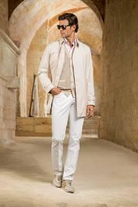 Impermeabile in seta tecnica, cardigan in suede, seta esclusiva Stefano Ricci e cotone, camicia 100% cotone Stefano Ricci, jeans 5 tasche in cotone, scarpe in suede e pelle di vitello con dettagli perforati.