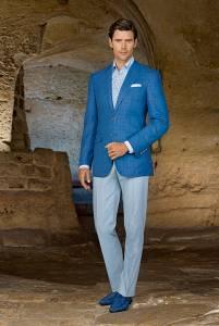 Club jacket due bottoni 100% lana esclusiva Stefano Ricci, camicia 100% cotone Stefano Ricci, pantaloni in cotone, loafers in suede e pelle di vitello con dettagli perforati.