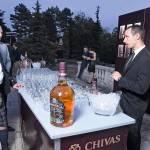 Ken Lindsay, in kilt, al banco che durante la serata d'apertura  al Palazzo Bianco offriva gli Scotch di Chivas Regal, distilleria di cui è brand ambassador.