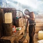 Il mezcalero alle prese con la distillazione nei tradizionali alambicchi in rame.