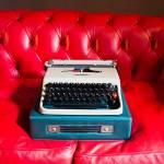 """La sua Olivetti Lettera 22 appoggiata sul divano Poltrona Frau. «Detesto la tecnologia, fino a tre mesi fa usavo la macchina per scrivere», racconta. «Ma tornato a """"Libero"""" mi sono dovuto adattare a scrivere sull'iPad."""