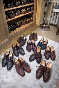 Parte delle calzature, mocassini e francesine, di John Lobb, Fratelli Rossetti e Church's: «Le tengo sempre in ordine e le faccio girare tutte», spiega Vittorio Feltri.