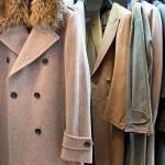Tra i bellissimi cappotti, prevalentemente realizzati dalla sartoria Cuva, spicca quello con il collo pelo, che è di Trussardi.