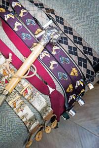 Le bretelle, insieme al bastone da passeggio, testimoniano la passione di Feltri per i cavalli e l'equitazione.