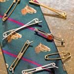 La collezione di spille da cravatta, accessorio che Feltri porta volentieri e con pertinenza. Ha la funzione di tenere ben in ordine il nodo, il quale altrimenti a fine giornata soffrirebbe platealmente.