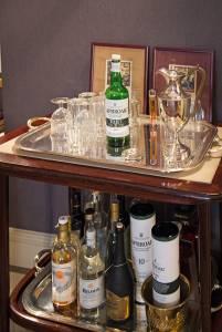 il bar, ben fornito di Scotch.