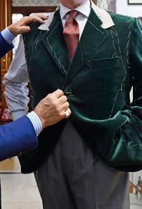 La prova di  una giacca in velluto di cotone di Scabal ordinata da Michele Mirabella.