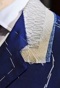 Un dettaglio del revers di una giacca del maestro Luigi Gallo, nell'atelier che ospita anche la Scuola europea di alta sartoria.