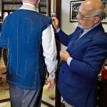 Il nostro inviato prova un blazer con spalla «a uovo» in hopsack di lana e seta di Loro Piana.