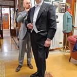Aiutato da Marco Gallo, figlio del Maestro, il nostro inviato indossa un frac, uno dei capi distintivi della sartoria romana.