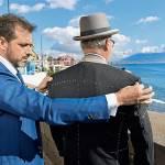 Peluso procede alla seconda prova di un cappotto personale dell'avvocato Maresca.