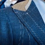 Spalla e bavero di un monopetto a lancia in lana e cashmere in seconda prova.