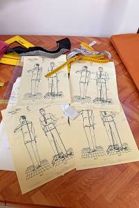 Le schede di alcuni clienti con le relative misure. Il prestampato è ricavato da un vecchio manuale, di cui si è voluto conservare anche il colore ingiallito delle pagine.