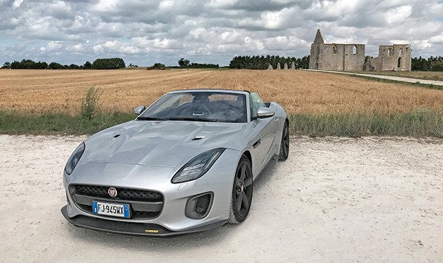 Jaguar_03_davanti-rovine-dall'abazia-cistercense-di-Notre-Dame-de-Ré