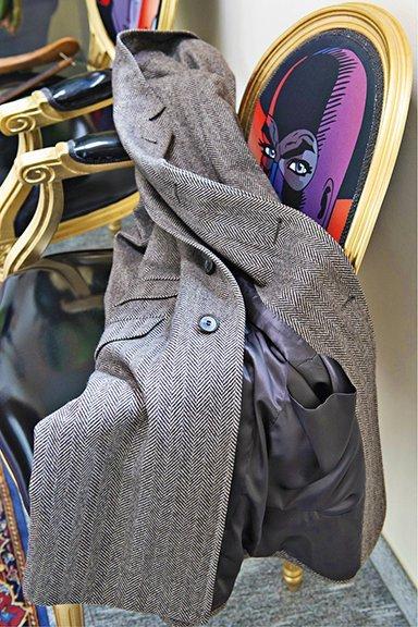 Cappotto spigato con la particolarità della tasca inferiore interna in seta.